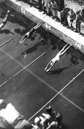 Campionat infantil de natació. Piscina municipal de Montjuïc. Barcelona, 1930-1935. Fons Gabriel Casas i Galobardes. Arxiu Nacional de Catalunya