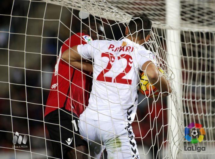 Lago jr i Pablo Marí lluiten per una pilota dins la porteria que li va costar la primera de les dues . grogues a Marí.  Foto:La Liga