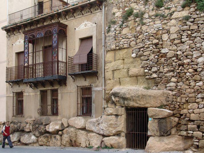 Un tram de les muralles romanes amb cases. Foto: PEPO SEGURA