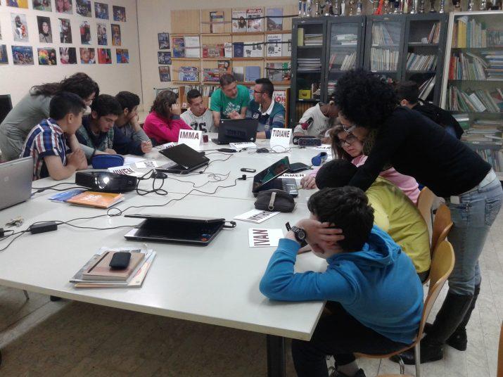 Els alumnes es divideixen en grups i preparen les notícies. Foto: RICARD LAHOZ