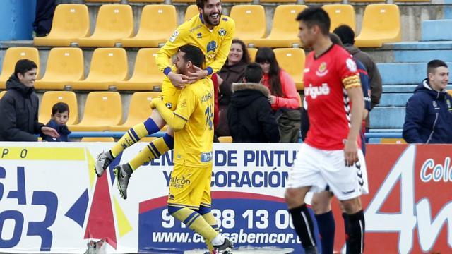 El capità, Xisco Campos, l'únic supervivent de l'última victòria a Alcorcón. Ahir es mirava la celebració del gol de Campaña. Foto:La Liga