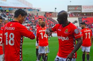 Suzuki i Emana celebren el gol de la victòria amb un ball particular. Foto:Nàstic
