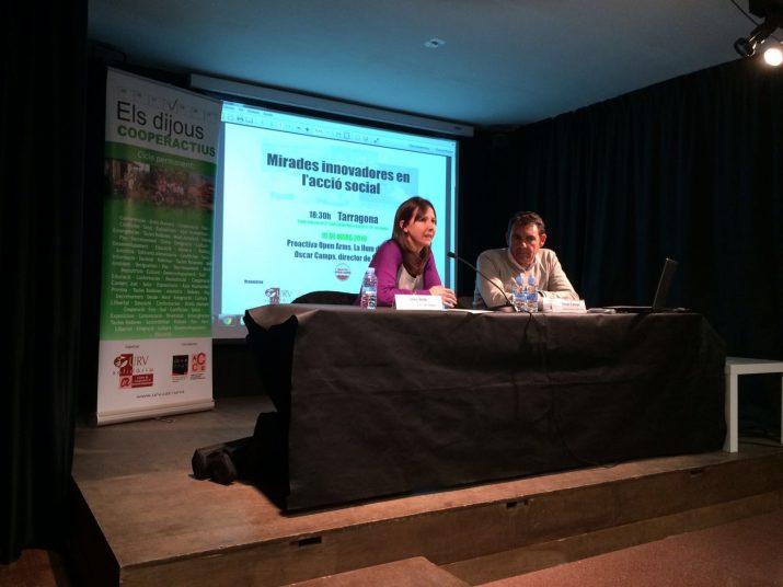 Inés Solé, tècnica de la URV Solidària, va presentar al director de lonagé Proactiva Open Arms. Foto: URV SOLIDÀRIA