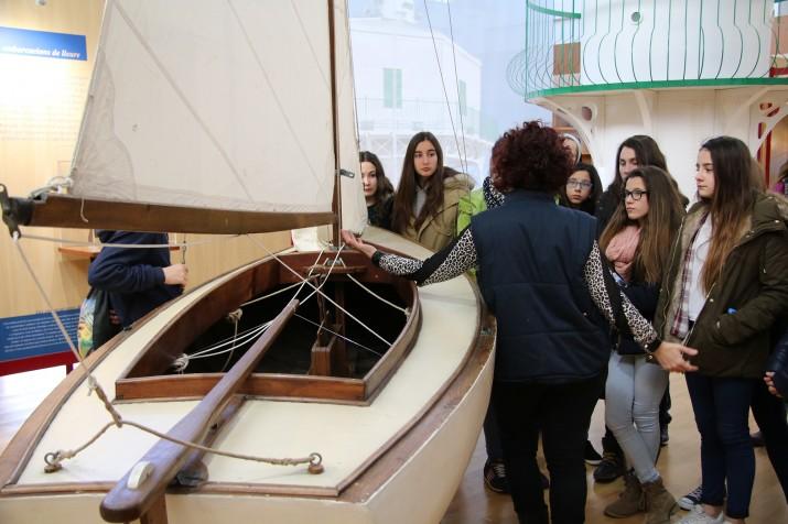Joves de Tarragona i Conca escolten les explicacions durant una visita al Museu del Port