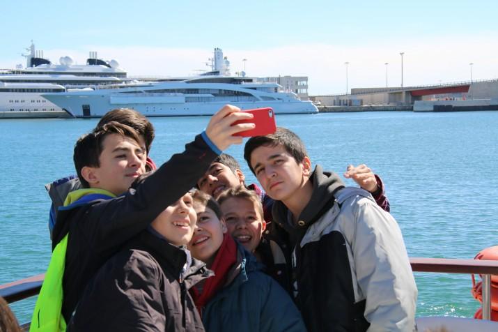 Un grup alumnes d'ESO de Conca es fan un 'selfie' al Serrallo durant la seva visita a Tarragona