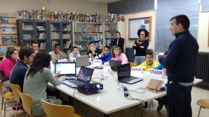 El periodista Ricard Lahoz explica la feina de periodista a un grup d'alumnes de l'escola Solc. Foto: SOLC
