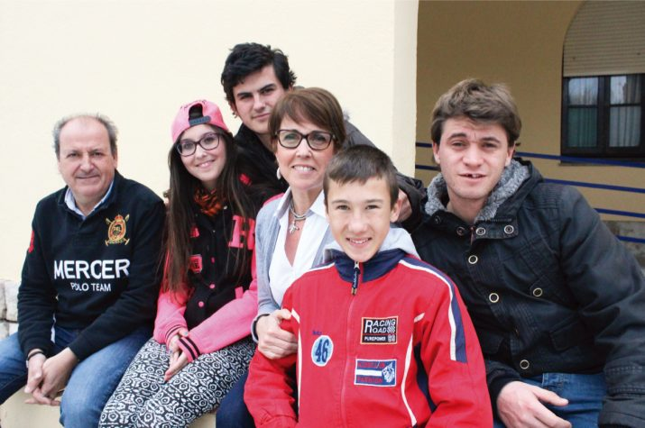 La directora, el cap d'estudis i quatre alumnes del col·legi Sant Rafael. Foto: JOSEP ARDILA