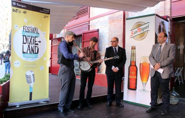 Acte de presentació del Festival de Dixieland 2016 amb músics, patrocinador i regidor de Cultura. FOTO CEDIDA.