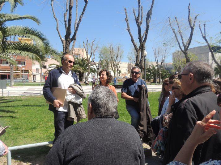 L'antropòleg Federico Bardají, acompanyat d'alguns dels participants de la ruta, a la Rambla de Bonavista.