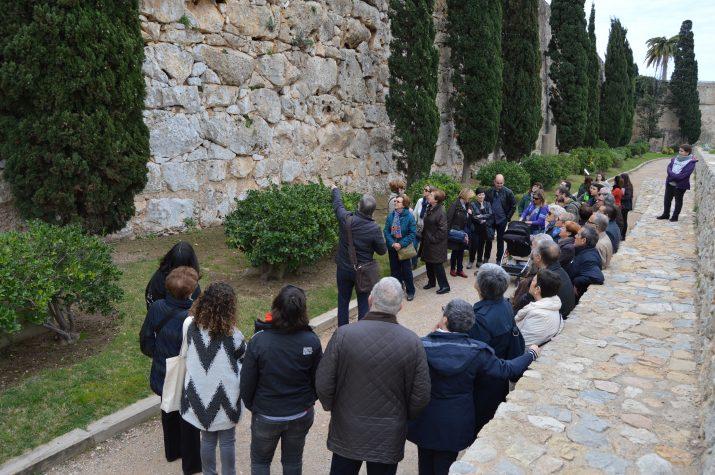 Un moment de la visita guiada a les Muralles del passat 2 d'abril amb el professor Ruiz de Arbulo. Foto: FET a TARRAGONA