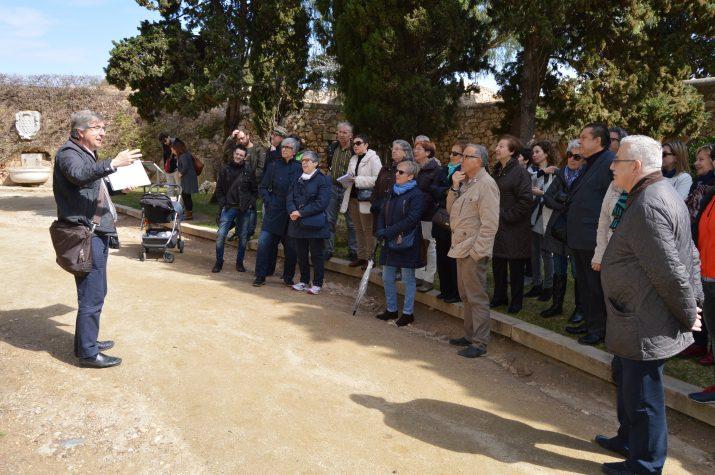 Joaquin Ruiz de Arbulo s'adreça al grup de participants del FET a TARRAGONA en la vista a les Muralles