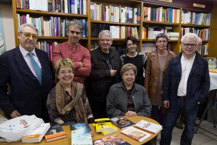 Foto de família dels autors que han participat en el berenar de Sant Jordi, a La Capona. Foto: LAIA POBLADO
