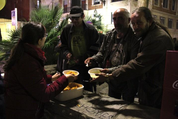 Voluntaris de Pax Mundo reparteixen els macarrons a persones sense recursos. Foto: ORIOL VENTURA