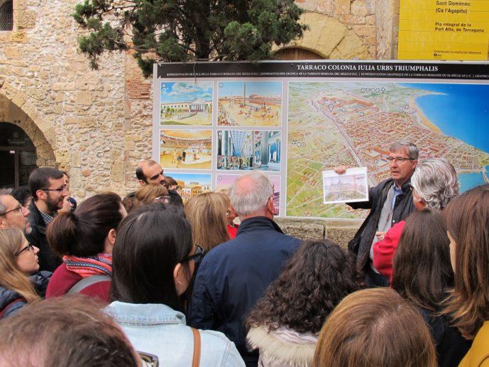 La visita a les Muralles ha començat amb una explicació prèvia a la plaça del Pallol