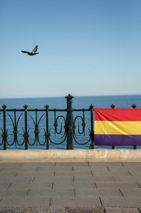 Catorze d'abril: el Balcó del Mediterrani, un colom que representa la llibertat i la pau, i la bandera republicana. Foto: DAVID OLIETE