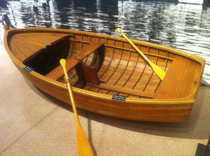 Model de barca antiga del club amb els seus rems corresponents.
