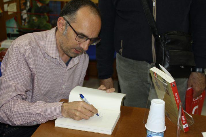 El periodista i escriptor de Falset signant llibres el dia de la presentació a Tarragona. Foto: JORDI ROBERT