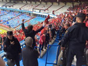 Josep Maria Andreu va celebrar la victòria amb l'afició grana.