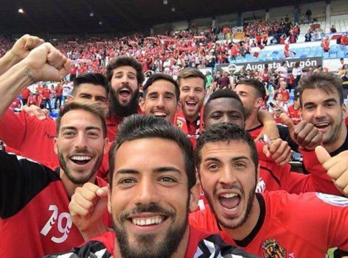 Selfie de la plantilla grana per celebrar la victòria per 0 a 1 amb l'afició.