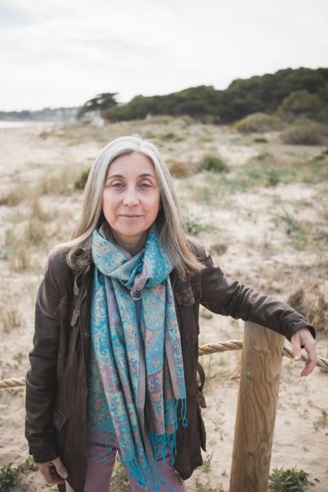 Puri Canals al costat de dunes protegides a la platja Llarga. Foto: AGUSTÍ ARÉVALO