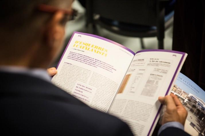 Un dels assistens a l'acte llegeix un dels articles del Dossier sobre la República. Foto: DAVID OLIETE
