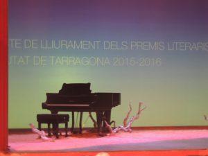 Fotografia de l'escenari del Teatre Metropol, moments abans de l'inici de l'acte de lliurament dels Premis Literaris Ciutat de Tarragona.