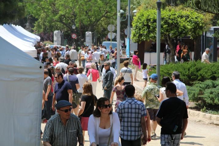 Visitants a Tarraco Viva pels jardins del Camp de Mart