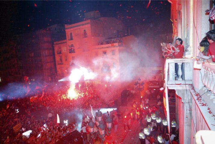 La celebració de l'ascens del Nàstic a Primera Divisió a la plaça de la Font, el juny de 2006. Foto: JUDIT FERNÁNDEZ - L'ESPORTIU