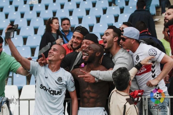 Tejera i Emana es fan un selfie amb l'afició després de la victòria 1 a 2 a Almeria. Foto:LFP