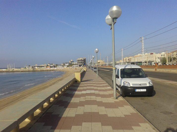 Estat actual del passeig Marítim a la platja del Miracle que remodelarà aviat l'Autoritat Portuària. Foto: RICARD LAHOZ