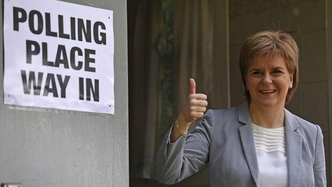 La primera ministra d'Escòcia., Nicola Sturgeon, en el moment d'anar a votar el passat dijous en el referèndum sobre la permanència del Regne Unit a la Unió Europea. Foto: ara.cat