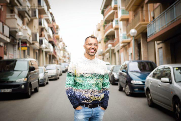 Óscar Cornejo al carrer 3 de Bonavista, al costat de la casa dels pares on va viure fins als 18 anys. Foto: DAVID OLIETE