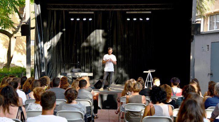 La xerrada de Dausà va aplegar un públic nombrós i divers. Foto: ALEIX COSTA