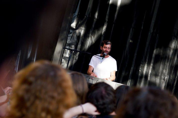 Joan Dausà interpretant una de les seves cançons a l'Espai La Palmera. Foto: ALEIX COSTA