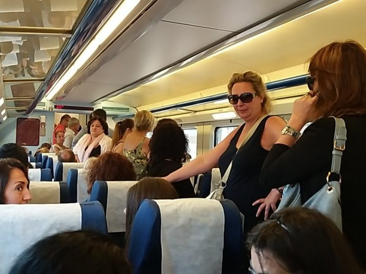 Usuaris dempeus en un dels trens regionals d'aquest matí de dimarts en direcció Barcelona. Foto: VALENTÍ PARRILLA