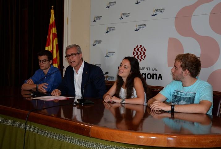 L'alcalde, amb els tres joves pregoners en la seva presentació a l'ajuntament de Tarragona. Foto: MAURI