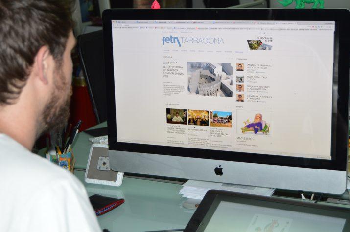 Txomin Medrano treballant en la renovació de la pàgina web del FET a TARRAGONA a l'estudi de Mènsula. Foto: RICARD LAHOZ