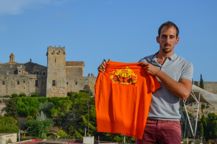 Edu Polo, amb la samarreta que ha dissenyat aquest any per encàrrec d'El Negrito i La Negrita. Foto: cedida.