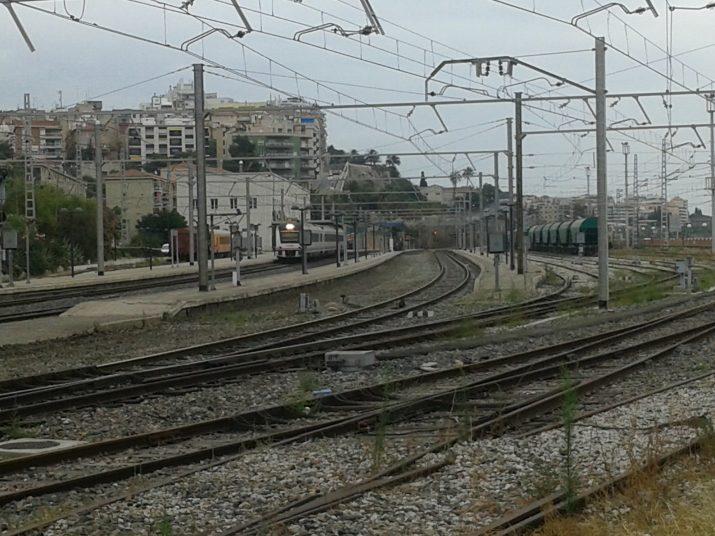 Aquests dies s'ha suprimit la via 4 de l'estació de Tarragona per poder començar les obres d'ampliació de l'andana. Foto: RICARD LAHOZ