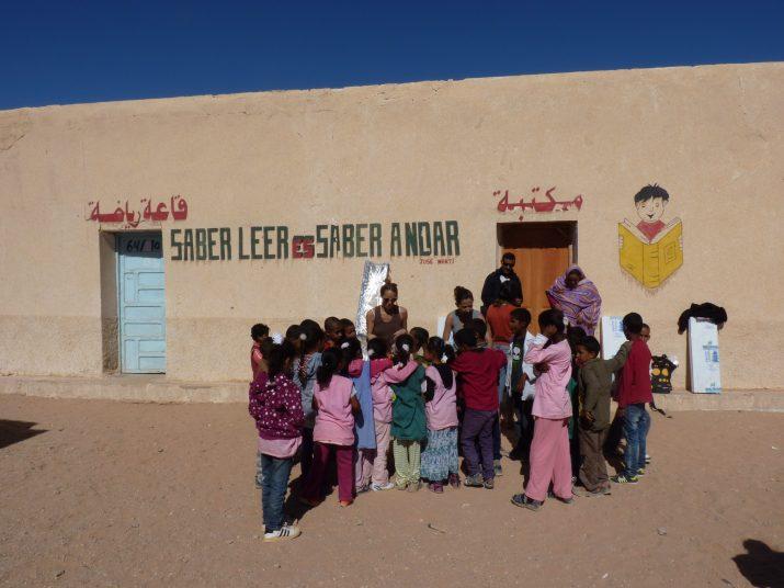Campament de refugiats sahrauís de Smara amb cooperants de la URV, l'any 2014. Foto: URV Solidària