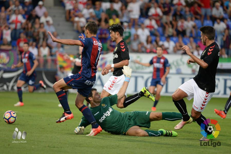Saja, Valentín i Suzuki intentant aturar una de les poques jugades d'atac del Huesca. Foto: LaLiga