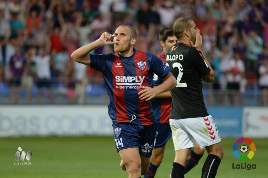 Albert Lopo es lamenta mentre Sáiz celebra el gol dels locals. Foto: LaLiga