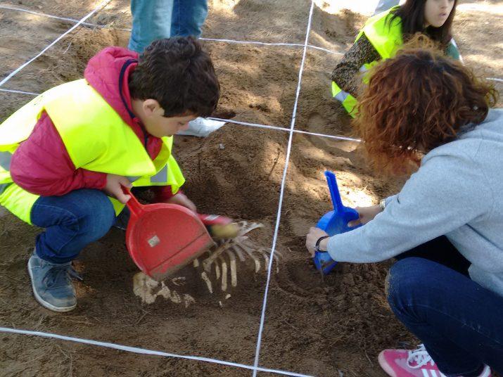 Taller d'arqueologia consistent en una excavació. Foto: Escola Solc.