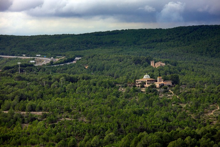 Mas de Sorder i el mas de la Creu, l'autopista AP7 i l'autovia A7. Vista des de la torre de Sant Simplici. Foto: RAFAEL LÓPEZ-MONNÉ