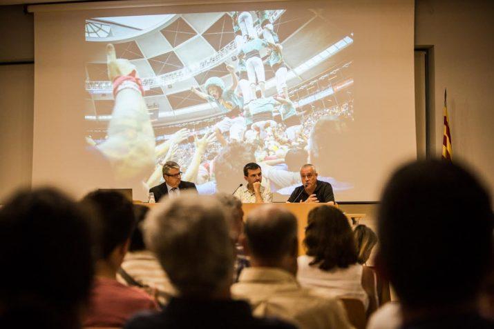 Una foto del Concurs de 2014 amb els Castellers de Sant Pere i Sant Pau com a protagonistes, va acompanyar de fons la intervenció de Gonzàlez. (Foto: David Oliete)