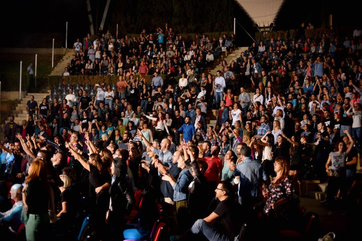 El públic entregadíssim des dels primers acords. Foto: Aleix Costa