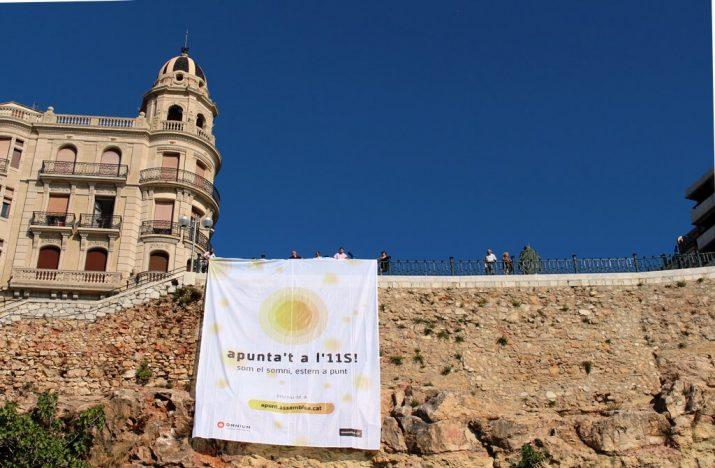Pancarta penjada aquesta setmana al Balcó del Mediterrani. Foto: ANC