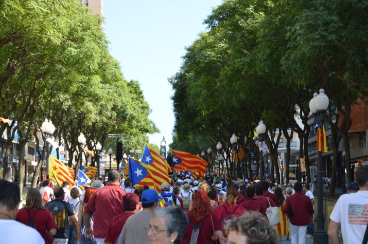 Centenars de persones pugen per la Rambla Nova, la tarda de l'11 de setembre, en els trams assignats a les comarques del sud de la demarcació. Foto: RICARD LAHOZ