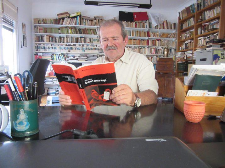 Jordi Tiñena al seu despatx de casa, on ha escrit la seva última novel·la. Foto: cedida.