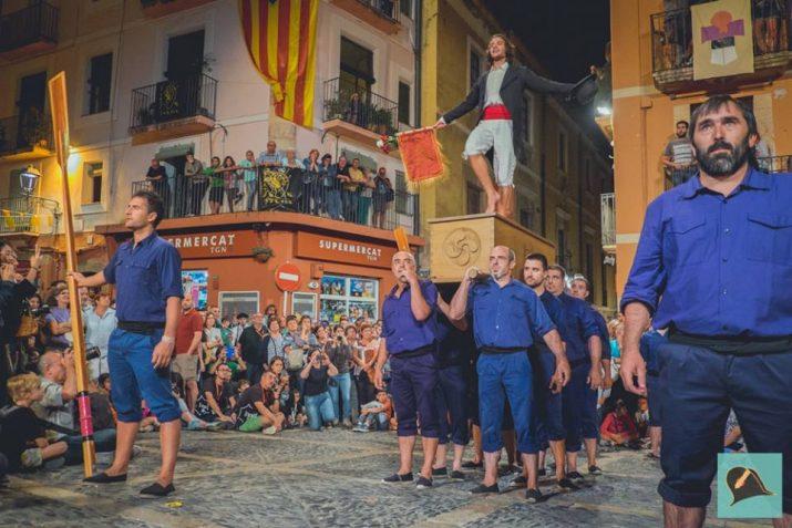Un moment de l'actuació de Kaxarranka de la Oinkari Dantza Taldea de Villabona (País Basc) a la plaça de les Cols, a la Mostra de Folklore Viu. Foto: Santa Tecla Tarragona